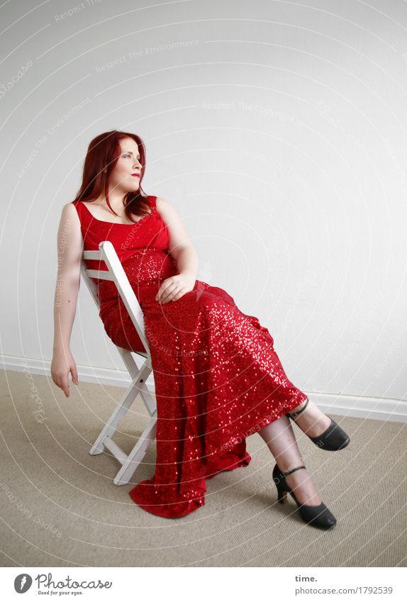 . Mensch schön Erholung ruhig Ferne Leben feminin Zeit Raum Zufriedenheit elegant sitzen beobachten Stuhl Kleid Gelassenheit