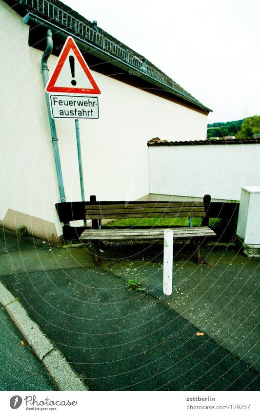 Feuerwehrausfahrt Straße Schilder & Markierungen leer Ecke Bank Brandschutz Dorf Verkehrszeichen Textfreiraum Feuerwehr Verkehrsschild Ausfahrt Nische