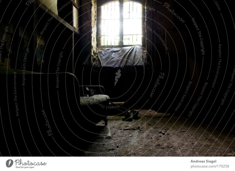 Wohnzimmer alt Haus schwarz dunkel Fenster Traurigkeit Gebäude Raum dreckig Wohnung Justizvollzugsanstalt trist kaputt einfach Dekoration & Verzierung Häusliches Leben