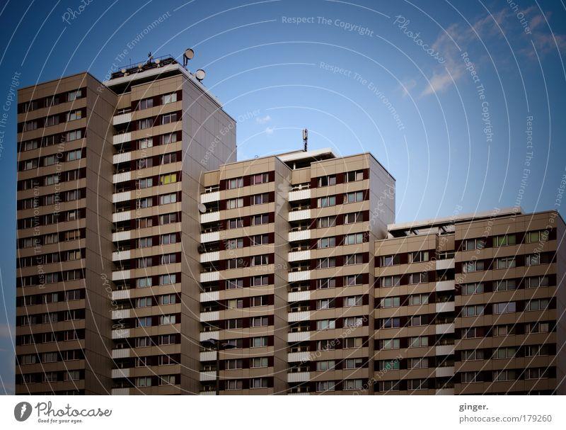 Berliner Plattenbau blau Stadt weiß Wand Architektur Mauer Gebäude braun hoch Hochhaus Niveau Balkon Haus eckig Blauer Himmel