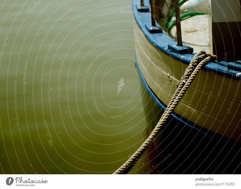 Hafen Farbfoto Außenaufnahme Fischereiwirtschaft Wasser Schifffahrt Bootsfahrt Fischerboot Wasserfahrzeug fest blau grün Stimmung Sicherheit ruhig Ankerplatz