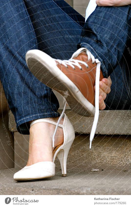 Turnschuh oder Lackschuh Stil feminin Frau Erwachsene Beine Fuß Mode Jeanshose Schuhe Damenschuhe sitzen blau braun weiß Kunst Idee spaßig Hand Leder