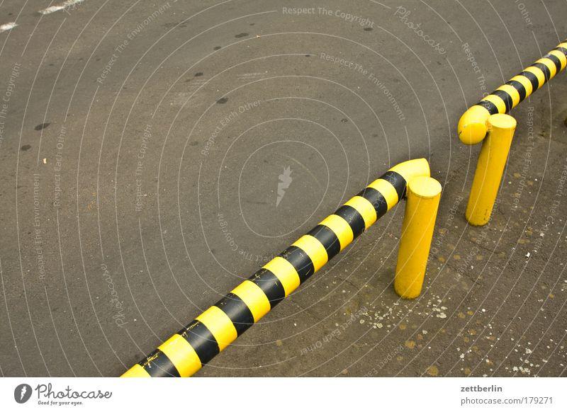 Kein Durchgang für Tigerenten Straße gefährlich bedrohlich Grenze Zaun Barriere Parkplatz Textfreiraum Wespen Begrenzung Hürde