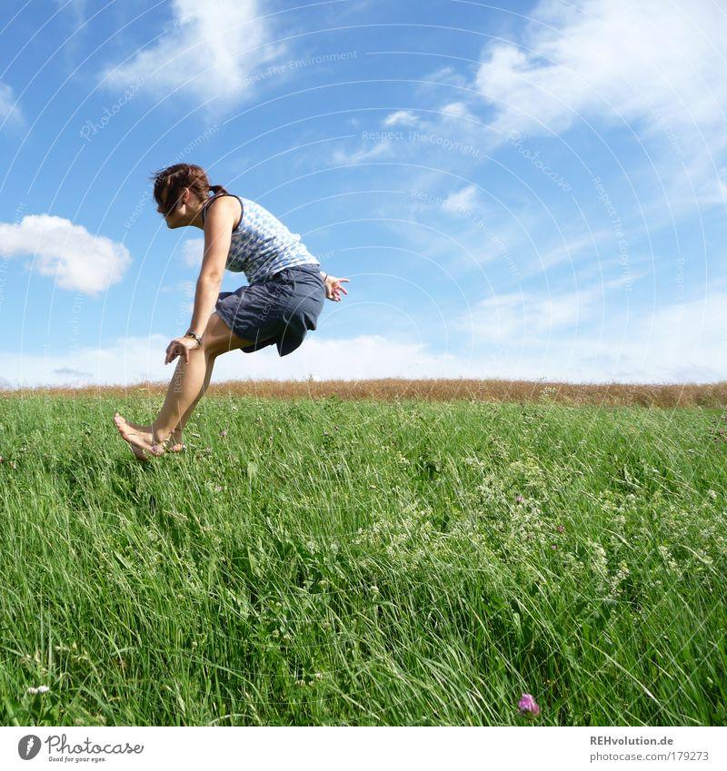 hopp Mensch Jugendliche grün Sommer Freude Erwachsene Wiese feminin Bewegung Gras Frau springen Glück lustig Gesundheit Kraft