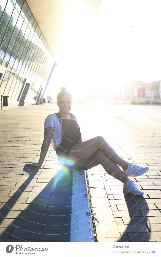 Sonne Jugendliche Stadt schön Junge Frau Landschaft Freude Erwachsene Lifestyle Glück Stein Fassade Ausflug blond ästhetisch sitzen Fröhlichkeit