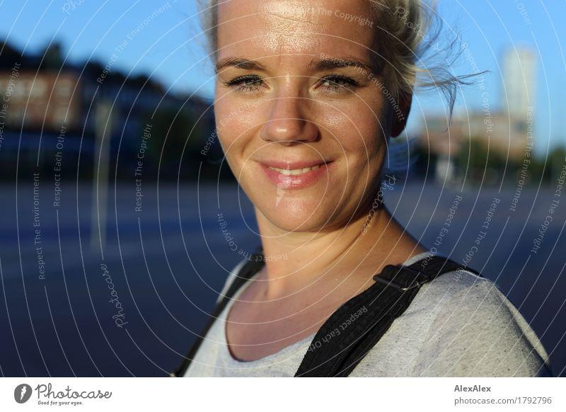 zu Besuch in Hamburg Lifestyle schön Ausflug Städtereise Junge Frau Jugendliche Gesicht 30-45 Jahre Erwachsene Landschaft Wolkenloser Himmel Schönes Wetter