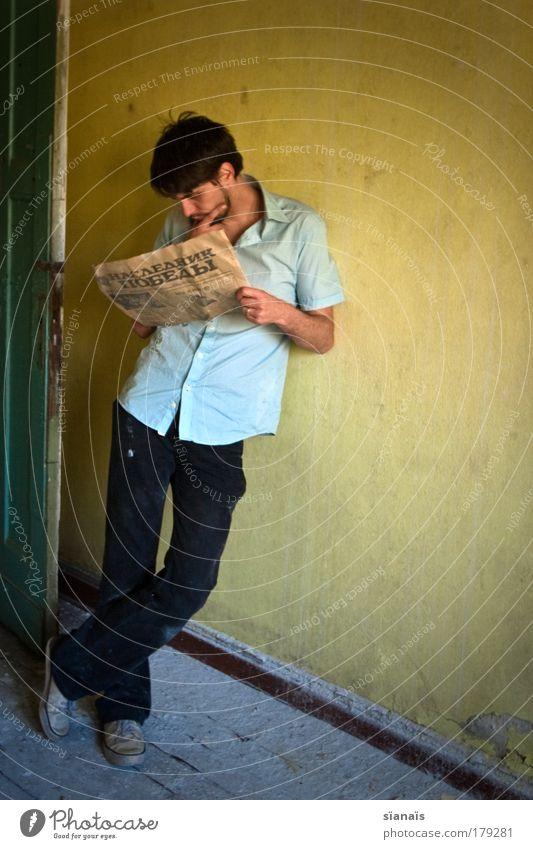 russisch brot Mensch Mann Jugendliche Einsamkeit gelb Denken Erwachsene maskulin Armut lesen trist Ganzkörperaufnahme stehen Zeitung einfach