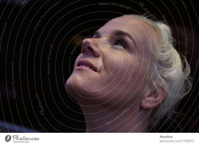 hochbild Lifestyle Junge Frau Jugendliche Haare & Frisuren Gesicht 30-45 Jahre Erwachsene blond langhaarig beobachten Lächeln ästhetisch authentisch
