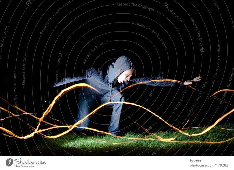 Feuergott II Jugendliche kalt Junger Mann Bewegung außergewöhnlich Angst leuchten Feuer Flügel bedrohlich Kreativität stoppen Unendlichkeit fantastisch heiß Todesangst