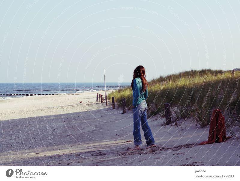 to say goodbye Frau Mensch Natur Jugendliche Himmel Meer Strand Ferien & Urlaub & Reisen Einsamkeit Ferne feminin Sand Landschaft Wellen Küste warten