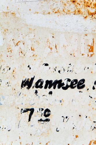 Wannsee (slight return) alt Textfreiraum Schriftzeichen Kommunizieren Schilder & Markierungen Hinweisschild Buchstaben Information verfallen Rost Warnhinweis