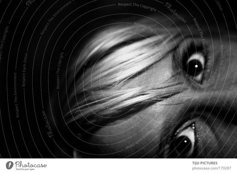 Blickwechsel in der Nacht Schwarzweißfoto Wegsehen feminin Kopf Haare & Frisuren Auge Aggression bedrohlich blond Coolness einfach dünn Gefühle Stimmung Freude