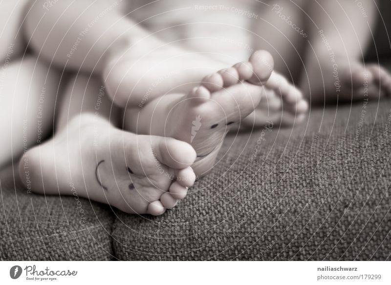 Füsse auf der Couch :-) Mensch Kind Jugendliche Mädchen Freude Erholung Spielen Junge Glück Beine Fuß Freundschaft braun Kindheit Zusammensein Baby