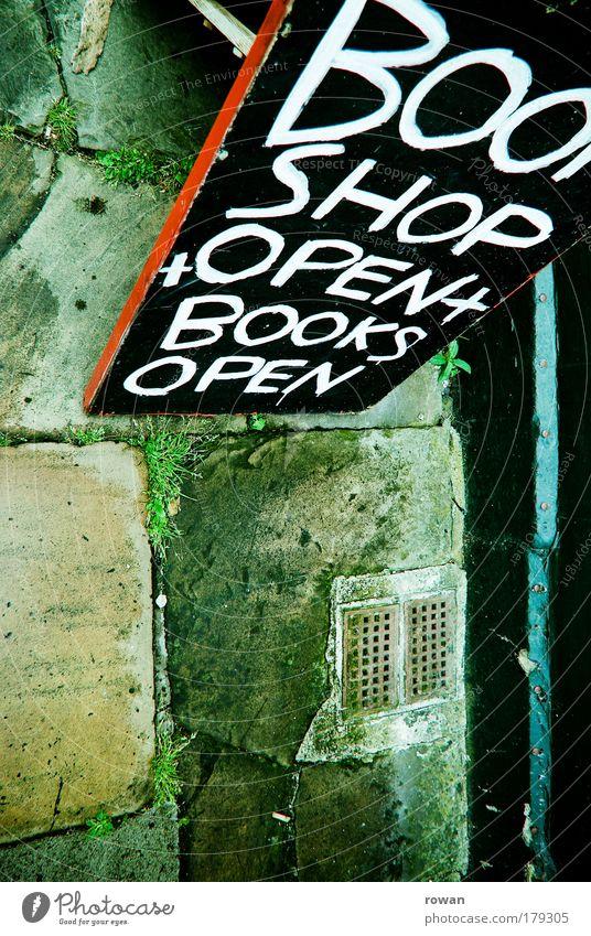 bookshop open! Farbfoto Außenaufnahme Textfreiraum links Textfreiraum unten Tag Straße Wege & Pfade grün Schriftzeichen Handschrift Inserat Werbung Anzeige Buch