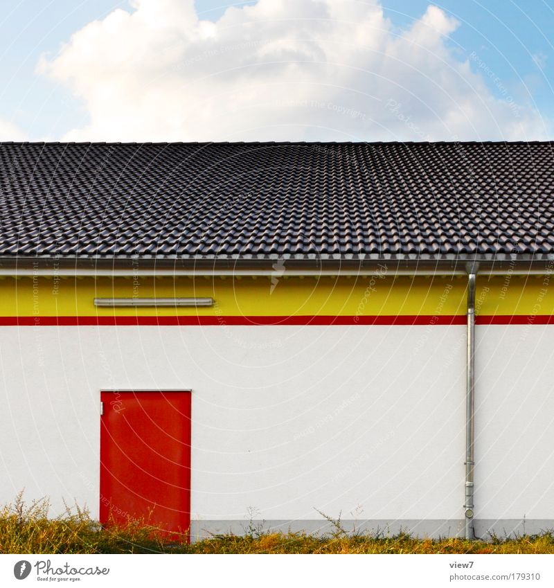 Ausgangstür rot Haus gelb Stein Linie Tür Fassade Beton Ordnung Design groß neu Streifen authentisch gut Dach