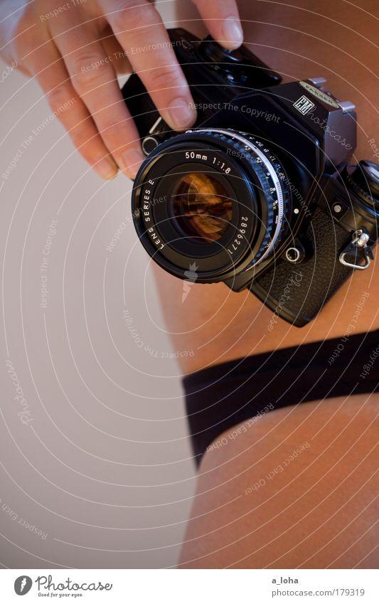 sunday morning Haut Fotokamera feminin Junge Frau Jugendliche Hand Bauch 18-30 Jahre Erwachsene Unterwäsche Accessoire Sammlerstück berühren glänzend stehen