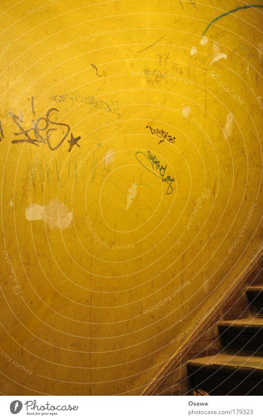 Treppenhaus Altbau Gebäude Raum Holzleiter Dreieck Wand Ocker orange alt staubig Textfreiraum Hochformat Schmiererei Graffiti Information