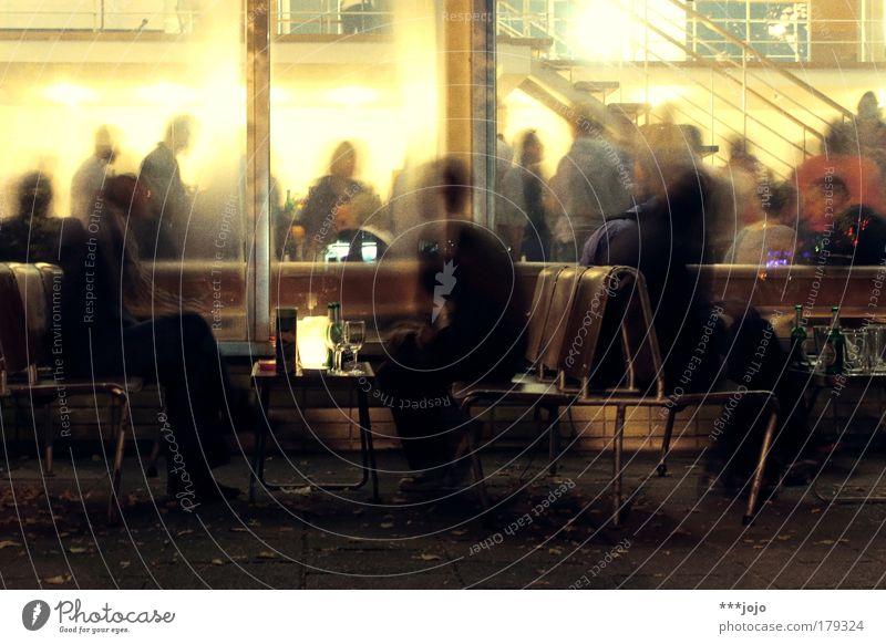 kma36. Farbfoto Außenaufnahme Experiment Nacht Kunstlicht Licht Kontrast Silhouette Lichterscheinung Langzeitbelichtung Bewegungsunschärfe Lifestyle Freude