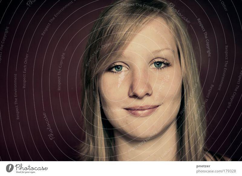 Portrait Farbfoto Studioaufnahme Kunstlicht Porträt Oberkörper Vorderansicht Blick Blick in die Kamera Stil Freude Glück Mensch feminin Junge Frau Jugendliche