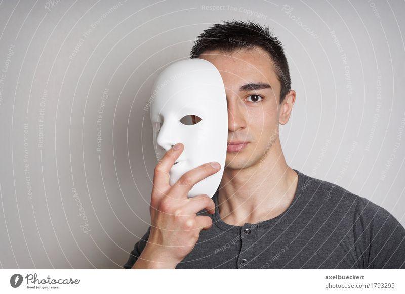 junger Mann mit Maske Halloween Mensch maskulin Junger Mann Jugendliche Erwachsene 1 18-30 Jahre Schauspieler schwarzhaarig kurzhaarig weiß geheimnisvoll