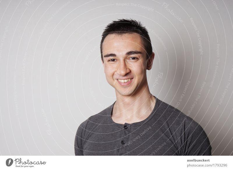 lächelnder junger Mann Freude Mensch maskulin Junger Mann Jugendliche Erwachsene 1 18-30 Jahre schwarzhaarig kurzhaarig Lächeln lachen Freundlichkeit