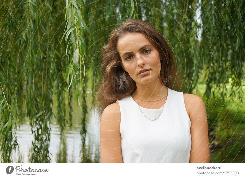 tragendes weißes Kleid der jungen Frau in einem Park Mensch Natur Jugendliche schön Junge Frau Baum 18-30 Jahre Erwachsene Lifestyle feminin Garten See