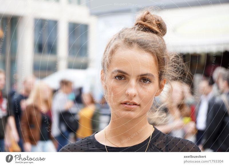 junge Frau in der Innenstadt Lifestyle kaufen Freizeit & Hobby Mensch feminin Junge Frau Jugendliche Erwachsene 1 Menschenmenge 18-30 Jahre Kleinstadt Stadt