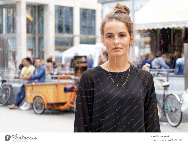 Mensch Frau Jugendliche Stadt Junge Frau 18-30 Jahre Erwachsene Straße Lifestyle feminin Stadtleben Textfreiraum kaufen Coolness Stadtzentrum brünett