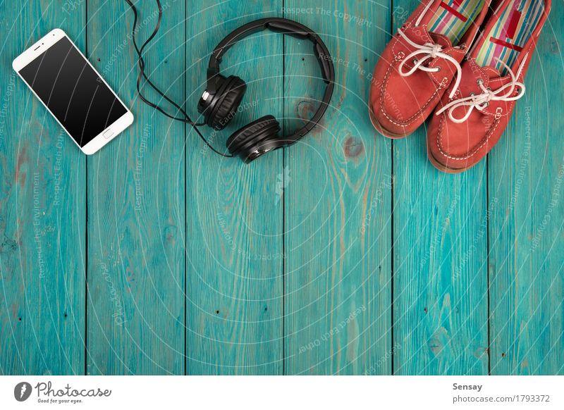 Musikkonzept - Smartphone und Kopfhörer Tisch Business Telefon PDA Computer Bildschirm Technik & Technologie Internet Medien Herz hören Liebe oben klug gelb