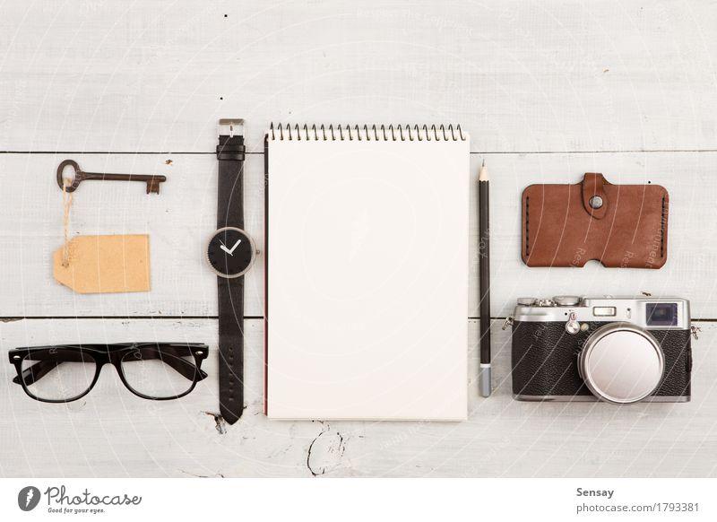 Reisekonzept - Satz des kühlen Materials mit Kamera und anderen Sachen Ferien & Urlaub & Reisen Mann weiß Erwachsene Mode Büro Aussicht Tisch Fotografie Dinge