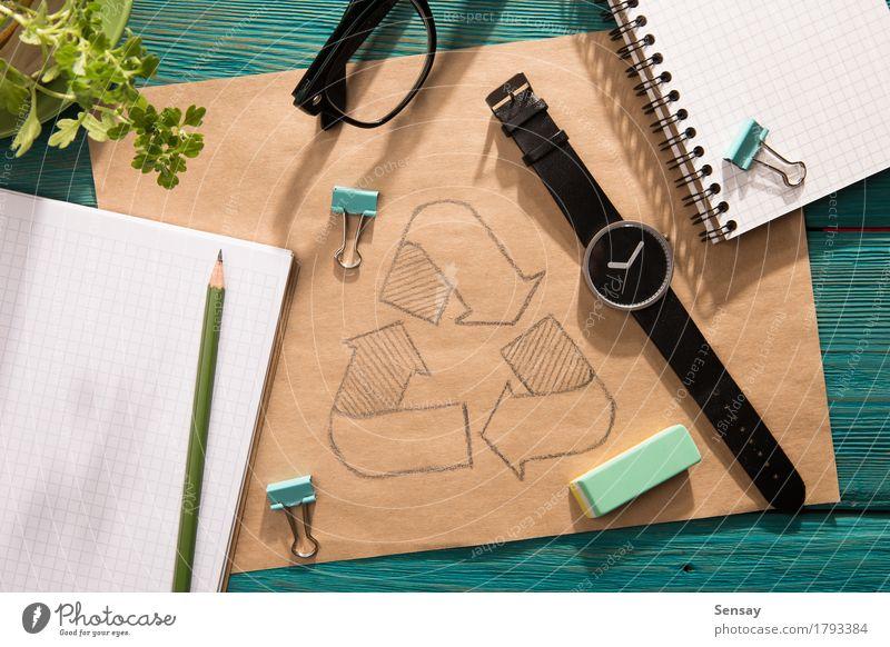 Grünes Energiekonzept - Notizblock mit Skizze auf dem Schreibtisch Natur Pflanze blau grün Sonne Blume Hand Umwelt natürlich Holz Business Textfreiraum Büro