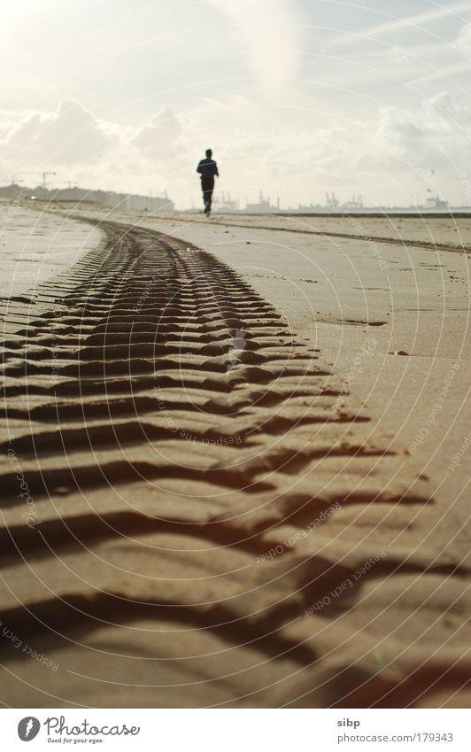 Einsamer Jogger Mensch Sommer Sonne Strand Einsamkeit Wolken Sport Leben Küste Sand Freizeit & Hobby Schönes Wetter Spuren Fitness Seeufer Nordsee