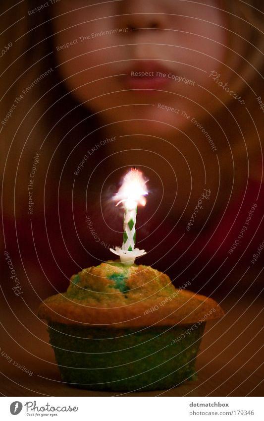 Pustekuchen Mensch Kind grün rot Mädchen Freude gelb Lebensmittel Kopf Wärme Glück Kindheit Geburtstag Warmherzigkeit blasen Flamme