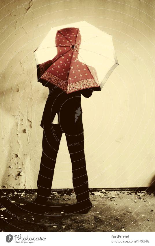 Wer den Schirm hat, braucht für den Spot(t) nicht zu sorgen II Mensch alt Erwachsene Wand Mauer Mode braun maskulin stehen 18-30 Jahre Schutz geheimnisvoll Regenschirm Mann Anzug exotisch