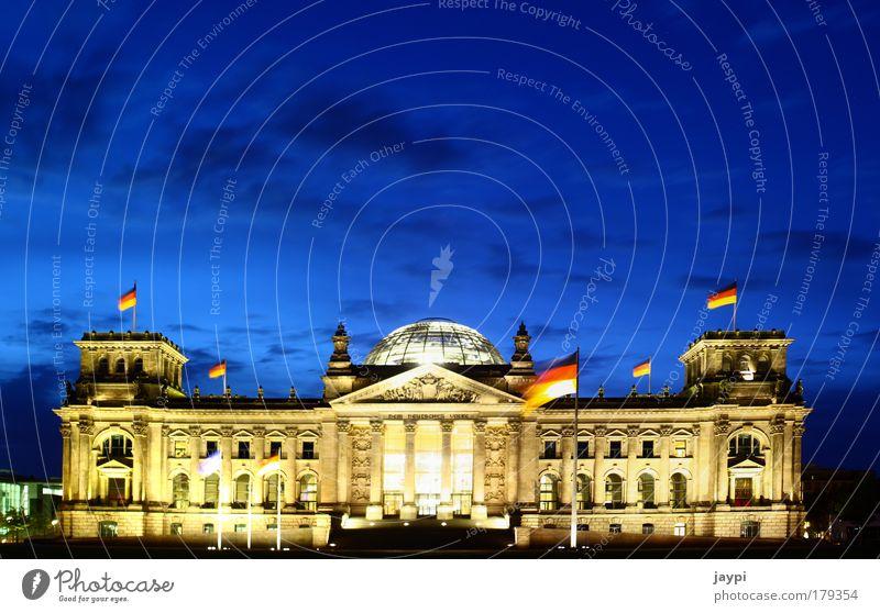 Der Staat schläft nicht blau gelb Berlin Architektur Gebäude gold Politik & Staat leuchten Fahne Bauwerk Deutsche Flagge Denkmal Nacht Wahrzeichen Stadtzentrum