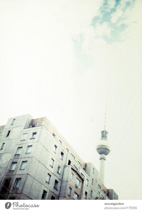 schräger vogel. Himmel weiß Stadt Wolken Berlin grau Architektur Wohnung Beton Netzwerk retro Fernsehen Telekommunikation Kultur Häusliches Leben