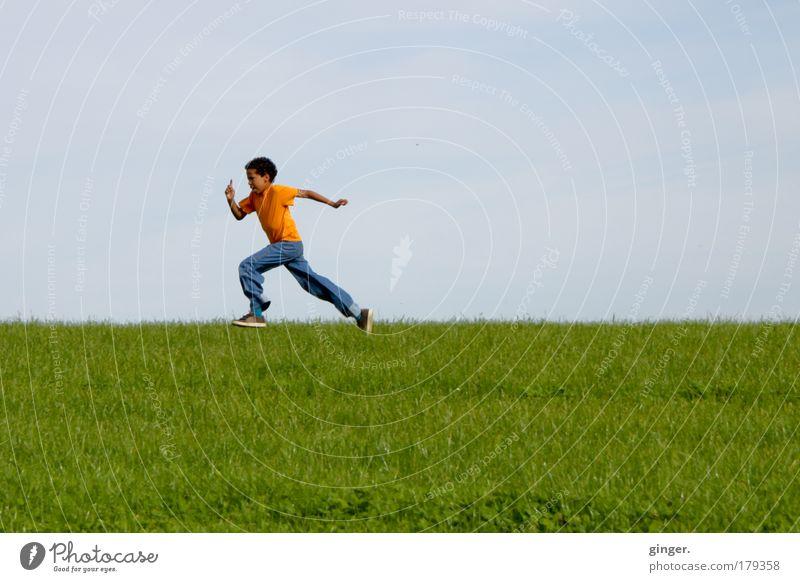 Endspurt Freizeit & Hobby Natur Landschaft Himmel Sommer Schönes Wetter Gras Wiese Jeanshose Turnschuh laufen rennen sportlich Geschwindigkeit Kind Junge