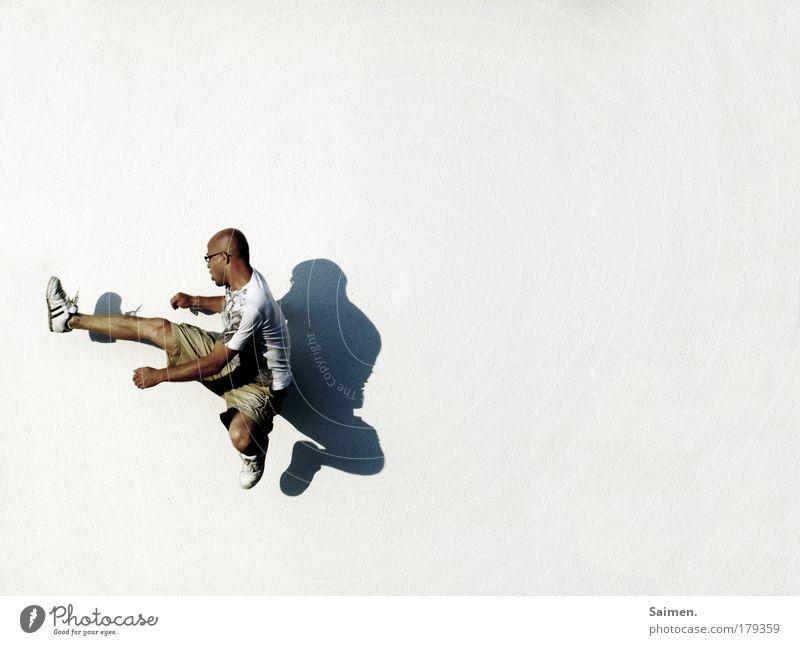 der demolitionman Mann Erwachsene Leben Wand Bewegung springen Mauer Gesundheit Kraft Fassade fliegen hoch maskulin Macht Wut Gewalt