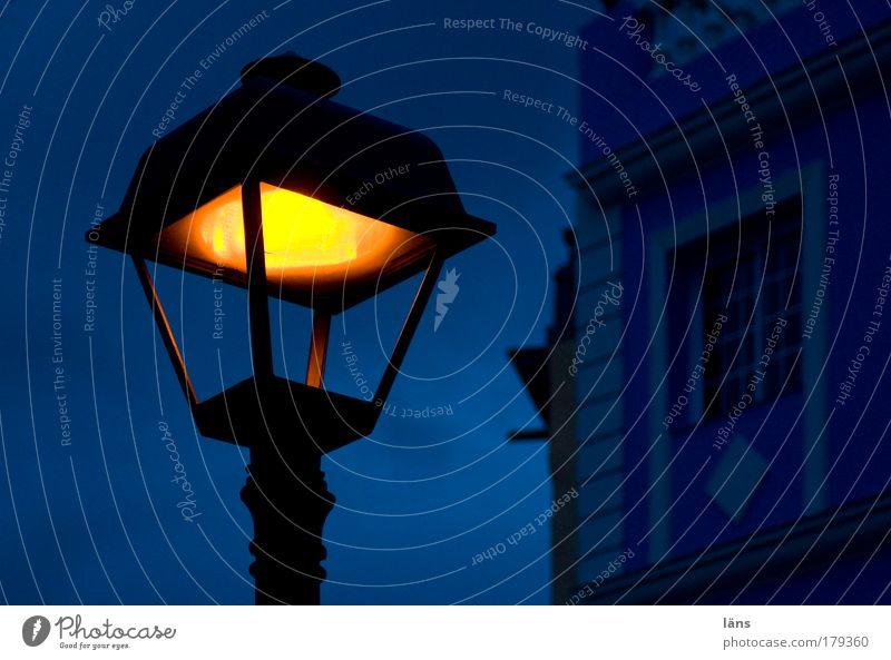 ... steht eine Laterne Farbfoto mehrfarbig Außenaufnahme Menschenleer Abend Dämmerung Licht Haus Himmel Wolken Kleinstadt Altstadt Bauwerk Mauer Wand Fassade