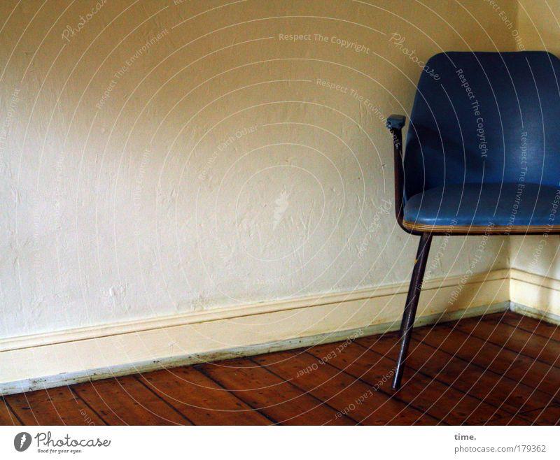 Verschnaufstation für Alte Säcke blau Raum retro Stoff Tapete Stuhl Zimmerecke Sessel Textilien Holzfußboden Stuhllehne Filz