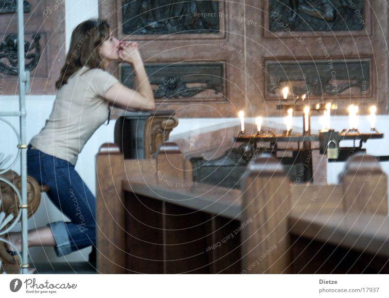 versunken Frau Denken Religion & Glaube Kerze Gebet knien