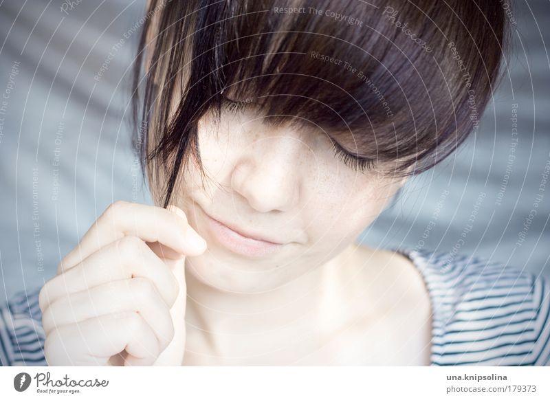 . Mensch Frau Jugendliche Hand Gesicht Erwachsene feminin Gefühle Bewegung Glück Haare & Frisuren Kopf Denken Zufriedenheit Mund Junge Frau