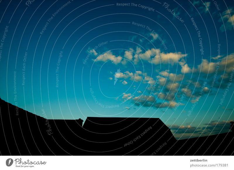 Feierabend in Stausebach Himmel Wolken Abend Abenddämmerung Sonnenuntergang Nachtruhe Dach first Bauernhof Hof vierseithof Textfreiraum