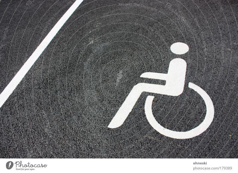 Behinderung Mensch sitzen Schilder & Markierungen Beton maskulin fahren Zeichen Schmerz Barriere Parkplatz Behinderte Rollstuhl Verkehrszeichen Einschränkung