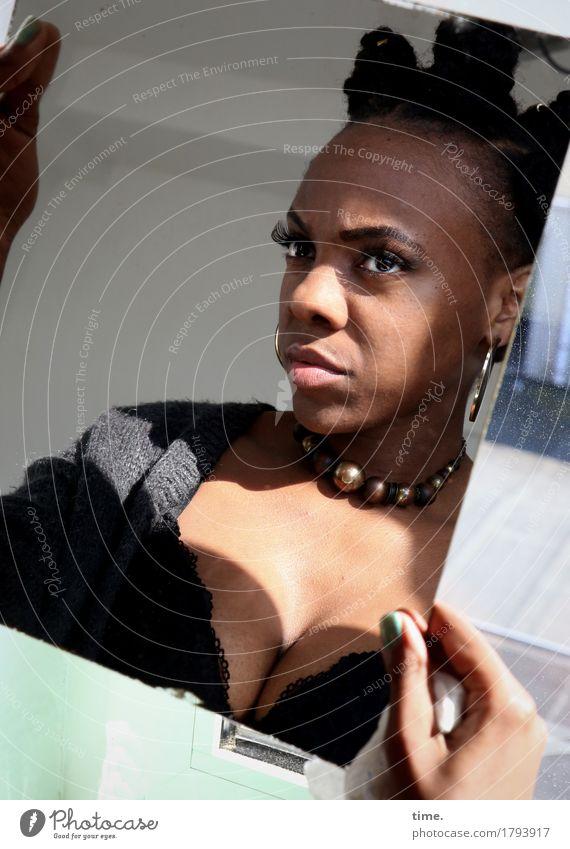 . Mensch schön Leben feminin Zeit Haare & Frisuren beobachten Coolness Konzentration Jacke Wachsamkeit Schmuck schwarzhaarig selbstbewußt Willensstärke Halskette