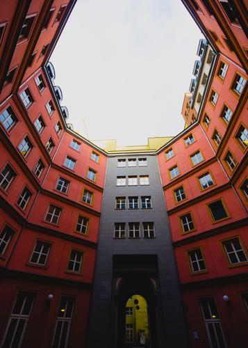 hinterher Nachhinein Stadt rot Fenster Architektur Stil Gebäude Fassade modern Stadtzentrum Berlin-Mitte Hinterhof Symmetrie