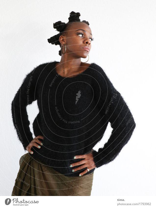 . feminin 1 Mensch Kleid Pullover Stoff Schmuck Haare & Frisuren schwarzhaarig kurzhaarig Afro-Look beobachten Blick stehen ästhetisch außergewöhnlich