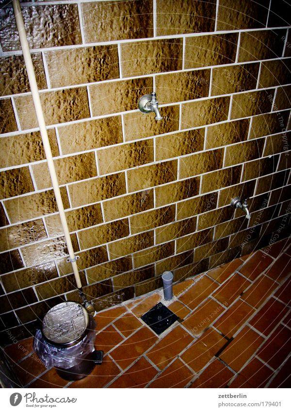 Duschhaus Wasser Innenarchitektur Sauberkeit Müll Fliesen u. Kacheln Dusche (Installation) Textfreiraum Wasserhahn Müllbehälter Körperpflegeutensilien