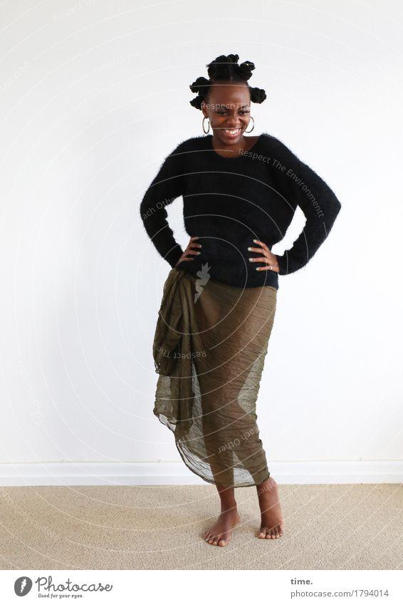 . Raum feminin Frau Erwachsene 1 Mensch Pullover Stoff Schmuck Ohrringe Barfuß Haare & Frisuren Zopf Afro-Look Bewegung festhalten Lächeln lachen Blick stehen