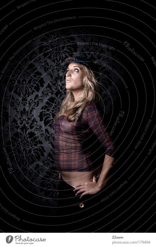 Scotland is not so far Farbfoto Studioaufnahme Blitzlichtaufnahme Starke Tiefenschärfe Mensch feminin Mode Hut blond langhaarig Denken stehen ästhetisch